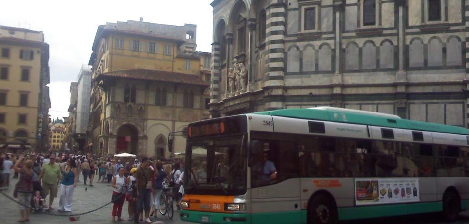 5. Jazyková výprava: ruch ve Florencii, vpravo Baptisarium San Giovanni